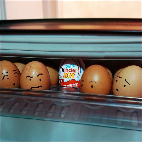 huevo kinder entre huevos de gallina